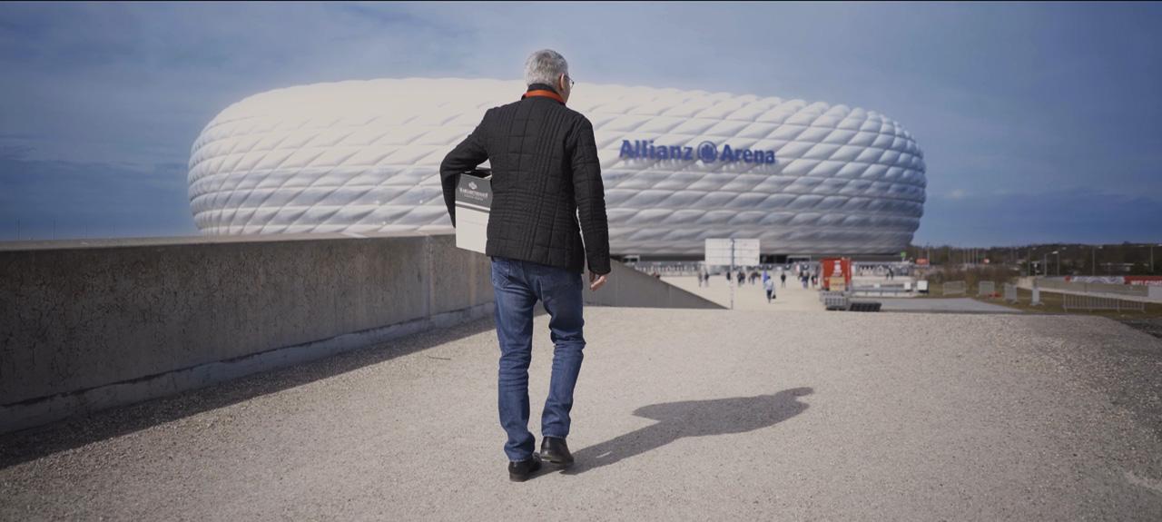 Jürgen Weber vor der Allianz Arena